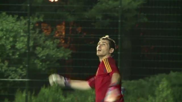 la magia de cristiano ronaldo vuelve al terreno de juego en la eurocopa 2012 este miercoles con un desafio especial vencer a varios de sus companeros... - desafio stock videos and b-roll footage