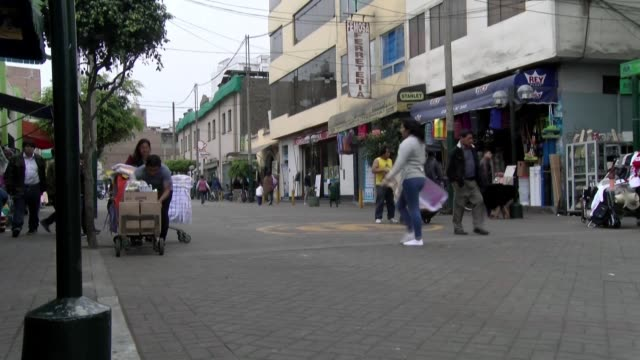 stockvideo's en b-roll-footage met la mayoria de peruanos que trabajan y compran en el mercado de surquillo en lima apoya la reciente disolucion del congreso peruano por parte del... - peruaanse etniciteit