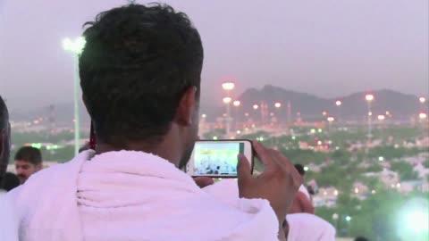la moda del selfie en la peregrinacion a la meca esta generando controversia entre los musulmanes mas conservadores que consideran altera la pureza... - pureza bildbanksvideor och videomaterial från bakom kulisserna