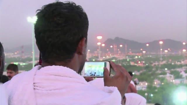 la moda del selfie en la peregrinacion a la meca esta generando controversia entre los musulmanes mas conservadores que consideran altera la pureza... - pureza stock videos & royalty-free footage