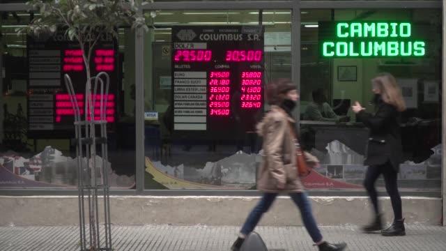 vídeos y material grabado en eventos de stock de la moneda argentina profundizo su caida el lunes al perder 308% ante el dolar a mitad de jornada y el banco central elevo de 40% a 45% la tasa de... - accesorio financiero