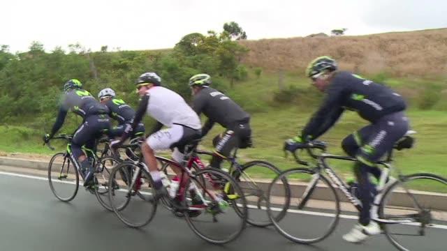 la montanosa ruta que engancho al colombiano nairo quintana al ciclismo hace diez anos le llevaba de su casa a la escuela unos 15 kilometros que... - entrenar stock videos and b-roll footage