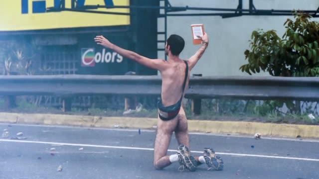 la mujer maravilla el hombre desnudo o el violinista las protestas contra el presidente nicolás maduro dejan decenas de muertos en venezuela pero... - desnudo stock videos & royalty-free footage