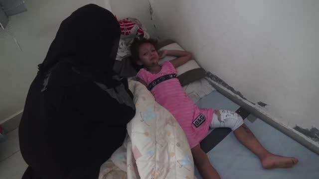 la multitud de enfermos y heridos del prolongado conflicto en yemen ha convertido a los hospitales de la gran ciudad de aden en el sur en lugares... - multitud stock videos & royalty-free footage
