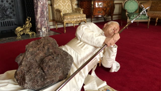 vídeos y material grabado en eventos de stock de la nona ora a realistic model of pope john paul ii being hit by a meteorite created by artist maurizio cattelan is seen at blenheim palace on... - palacio de blenheim