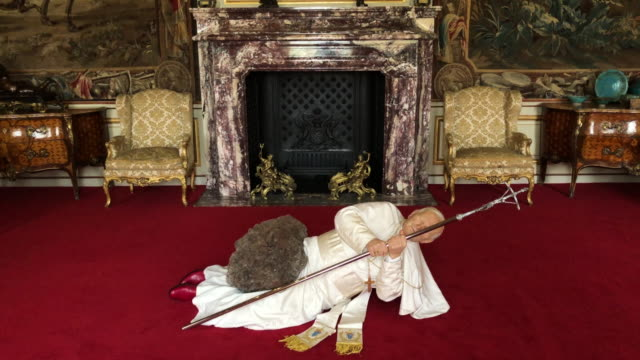 "la nona ora"", a realistic model of pope john paul ii being hit by a meteorite, created by artist maurizio cattelan, is seen at blenheim palace on... - mineral bildbanksvideor och videomaterial från bakom kulisserna"