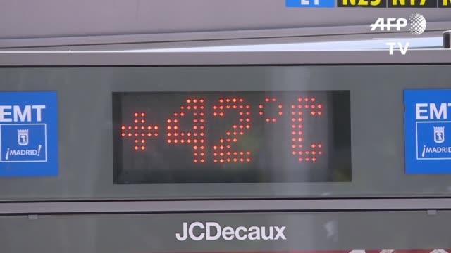 vídeos y material grabado en eventos de stock de la ola de calor que sofoca a una gran parte de europa se intensifico el miercoles con temperaturas de mas de 40 ºc en francia y en espana y se preven... - viernes