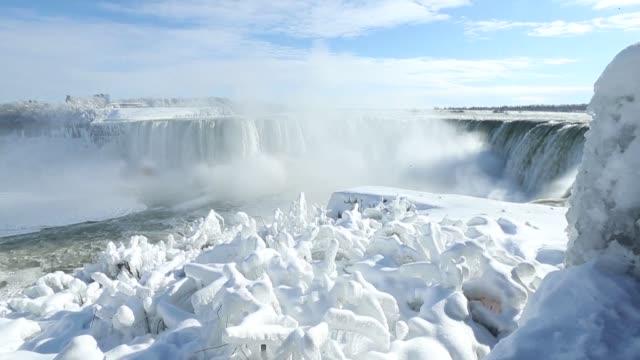 la ola de frio polar que sufren gran parte de canada y estados unidos han traido nieve y hielo incluso a las famosas cataratas del niagara que lucen... - niagara falls stock videos & royalty-free footage