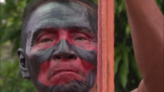 la onu condeno el lunes la muerte de un lider indigena en el norte de brasil cuyo asesinato denunciado por los miembros de su tribu todavia no fue... - tribu sudamericana video stock e b–roll