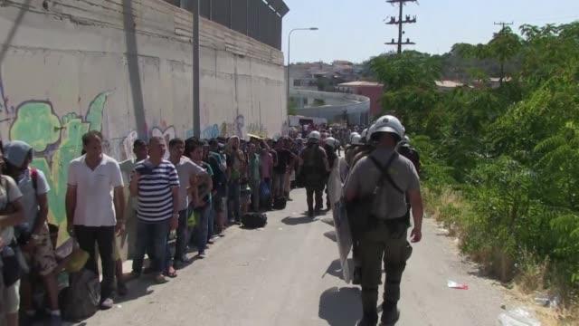 La ONU pidio este martes a todos los paises del mundo que asuman responsabilidades en la crisis migratoria de Europa mientras los paises tratan de...