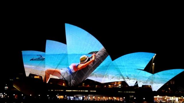 La Opera de Sidney convertida el martes en un gigantesco lienzo que proyecto fotografias al cielo como parte del lanzamiento del Galaxy S4 al publico...