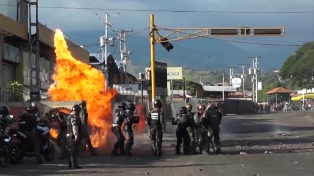 La oposición venezolana y ONG Foro Penal condenaron el martes el enjuiciamiento en tribunales militares de decenas de civiles detenidos en las...