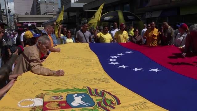 vídeos de stock e filmes b-roll de la oposicion en venezuela volvio a manifestarse el lunes en las calles para exigir a la autoridad electoral que tramite un pedido de referendo... - exigir