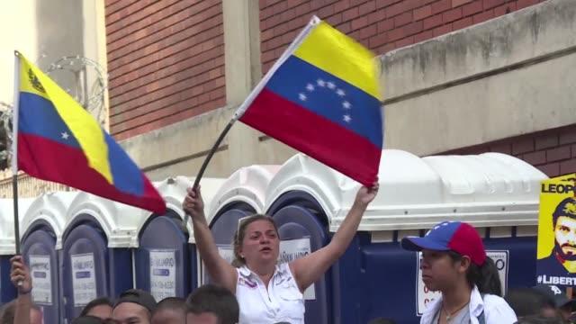 La oposicion venezolana afirmo el viernes que valido las firmas necesarias para pedir un referendo revocatorio contra el presidente Nicolas Maduro...