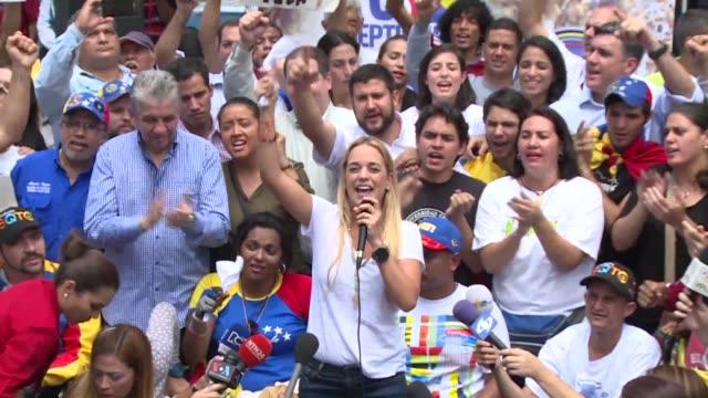 vídeos de stock e filmes b-roll de la oposicion venezolana asegura que se movilizara en paz el jueves para exigir a la autoridad electoral que agilice los tramites para convocar a un... - exigir