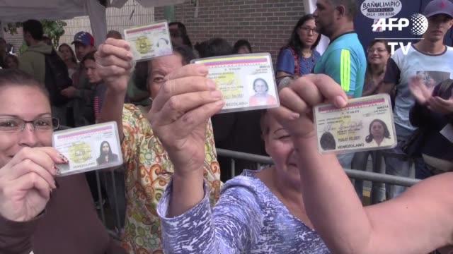 La oposicion venezolana buscaba completar el viernes la validacion de firmas para activar un referendo revocatorio contra el presidente Nicolas Maduro