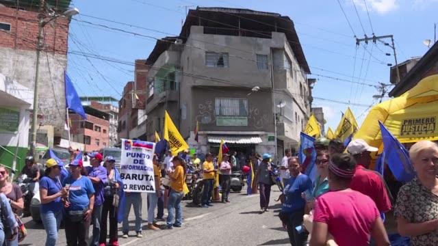 La oposicion venezolana realizo el miercoles un simulacro de la recoleccion de firmas que emprendera dentro de dos semanas para pedir un referendo...