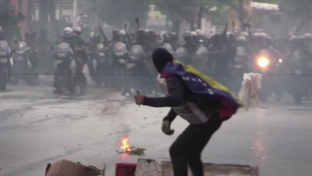 La oposicion venezolana realizo el miercoles una nueva tranca de calles en Caracas y varias ciudades del pais invocando la desobediencia al gobierno...