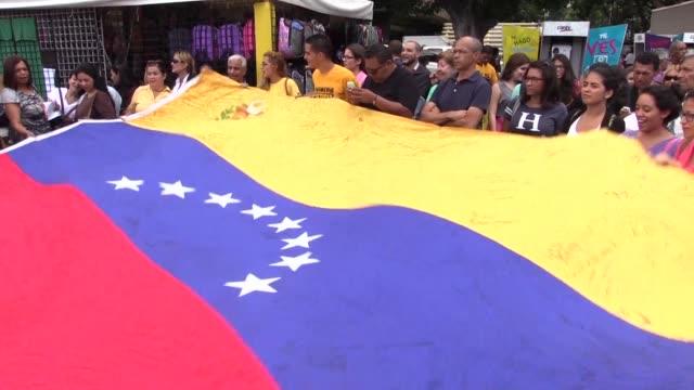 La oposicion y los seguidores del gobierno se manifestaron el miercoles en las principales ciudades de Venezuela situacion que acentua la tension...