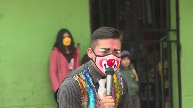 la pandemia dejó este año a los peruanos sin la temporada de circos, lo que motivó a joshua vargas y tres amigos desempleados a reconvertirse en... - peruvian ethnicity stock videos & royalty-free footage