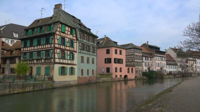vídeos de stock e filmes b-roll de la petite france and ill river, grande ile, unesco world heritage site, strasbourg, alsace, grand est, france, europe - estrasburgo