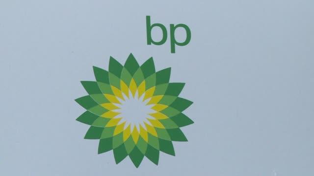 la petrolera britanica bp anuncio el viernes que establecera una red de 1500 estaciones de gasolina en mexico como parte de su estrategia para... - gasolina stock videos & royalty-free footage