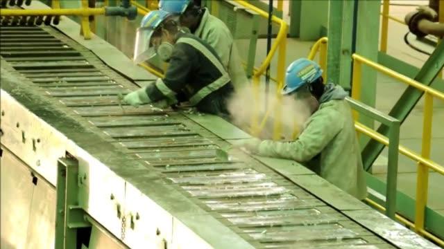 la planta de karachipampa en potosi empieza a producir sus primeros lingotes de plata y plomo de alta pureza. - pureza stock videos & royalty-free footage