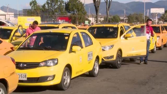 la plataforma estadounidense uber anuncio el viernes que dejara de funcionar en colombia a partir del 1 de febrero tras recibir un fallo en contra... - transporte stock videos & royalty-free footage