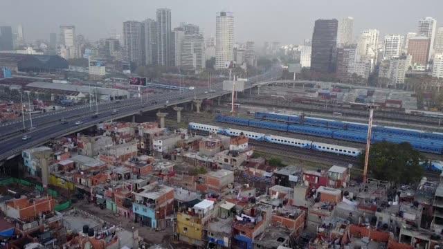 la pobreza de la favela mas antigua de buenos aires contrasta con sus vecinos los exclusivos barrios de la capital - buenos aires stock videos & royalty-free footage