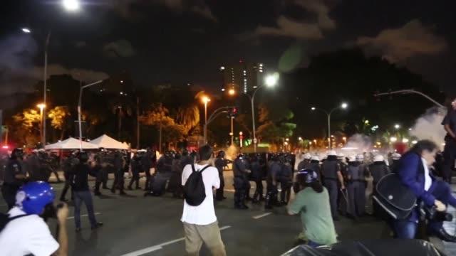 stockvideo's en b-roll-footage met la policía dispersó con gas pimienta y balas de goma a manifestantes que protestaban contra el incremento del precio del transporte en sao paulo, en... - transporte