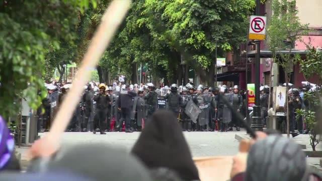 stockvideo's en b-roll-footage met la policia antimotines de mexico recupero este viernes el control de la plaza central del zocalo usando canones de agua y gases lacrimogenos en un... - agua