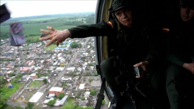 La policia antinarcoticos de Colombia distribuye panfletos por tierra y aire en Antioquia para ofrecer recompensa por información que lleve a los...