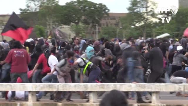 la policia brasilena se enfrento el martes en brasilia contra un grupo de manifestantes que protestaban por la aprobacion de una reforma de... - sindicatos stock videos & royalty-free footage