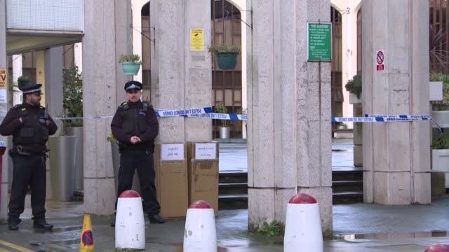 la policia britanica dijo el jueves que no trataban como terrorista el ataque con cuchillo en la mezquita de londres en el que un anciano resulto... - terrorismo stock videos & royalty-free footage