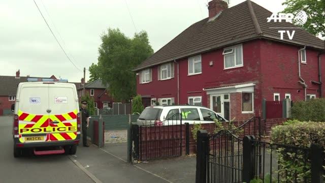 la policia britanica informo que tres hombres fueron detenidos el miercoles en manchester en relacion con el atentado suicida del lunes por la noche... - hombres stock videos & royalty-free footage