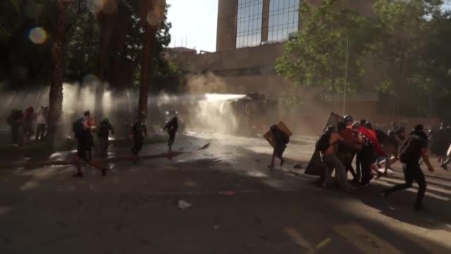 la policia choco el viernes con los manifestantes en la capital chilena durante una protesta masiva un día que la onu denunció que la gestion general... - día stock videos & royalty-free footage