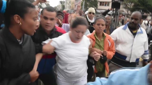la policia cubana detuvo este miercoles al menos a 32 personas que intentaban manifestarse en calles de la habana en el dia internacional de los... - personas stock videos & royalty-free footage