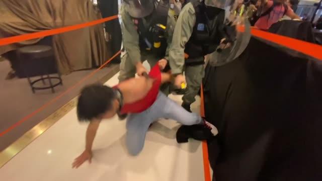 la policia de hong kong detuvo al menos a 15 personas el sabado durante enfrentamientos con manifestantes prodemocracia que entraron en un centro... - centro comercial stock videos & royalty-free footage