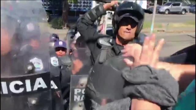 la policia de nicaragua agredio a periodistas y ocupo la sede del diario opositor confidencial y de organizaciones civicas y de derechos humanos a... - diario stock videos and b-roll footage