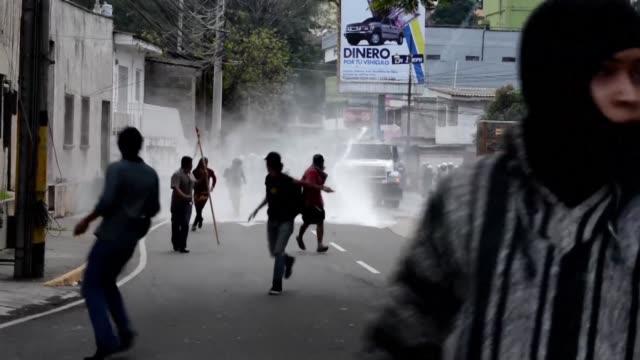 la policia disperso con gases lacrimogenos y agua a presion a cientos de indigenas lencas que se manifestaban el jueves en tegucigalpa para exigir el... - agua stock-videos und b-roll-filmmaterial