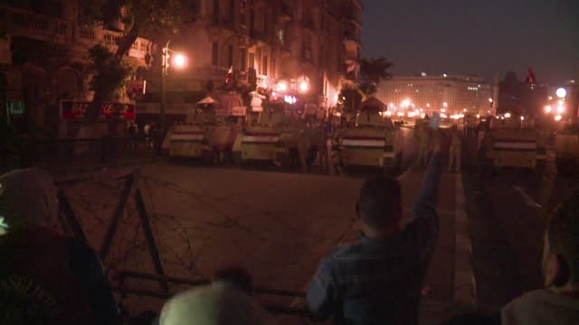 la policia egipcia disperso con gases lacrimogenos y canones de agua las protestas de este sabado contra el fallo judicial que dejo libre de cargos... - dominanz stock-videos und b-roll-filmmaterial