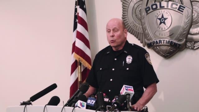 vídeos y material grabado en eventos de stock de la policia estadounidense y el fbi investigaban este lunes si los dos hombres que dispararon el domingo al edificio donde se realizaba un concurso de... - ee.uu