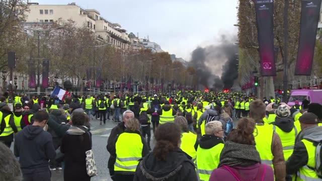 stockvideo's en b-roll-footage met la policia francesa disparo el sabado gases lacrimogenos y canones de agua contra los manifestantes que participan en la movilizacion de los chalecos... - agua