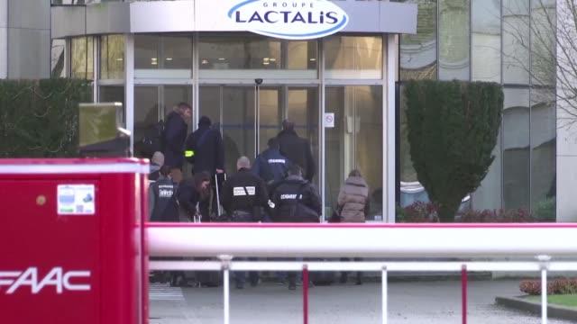 La policia francesa registro el miercoles la sede del grupo Lactalis y cuatro de sus fabricas entre ellas una de la que salieron cajas de leche en...