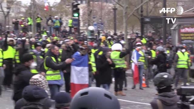 la policia francesa se enfrento el sabado a los chalecos amarillos en paris y otras ciudades de francia en una nueva jornada de movilizacion nacional... - politica stock videos & royalty-free footage