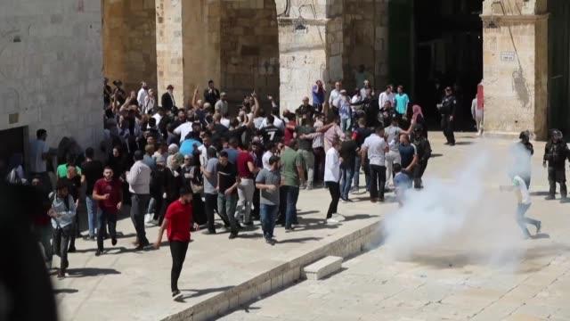 la policia israelí y fieles palestinos se enfrentaron este domingo en la explanada de las mezquitas en jerusalen en el primer día de la fiesta... - día stock videos & royalty-free footage