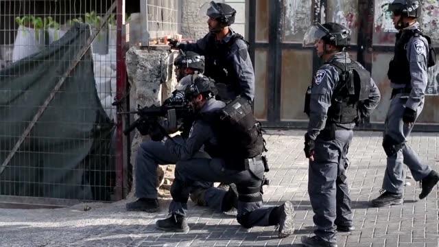 la policia israeli se enfrento este domingo con palestinos en la mezquita al aqsa en la explanada de las mezquitas en jerusalen este horas antes del... - rosh hashanah stock videos & royalty-free footage