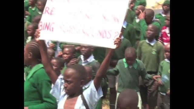 La policia keniana lanzo este lunes en Nairobi gases lacrimogenos contra unos ninos que protestaban porque un promotor inmobiliario se apodero de una...