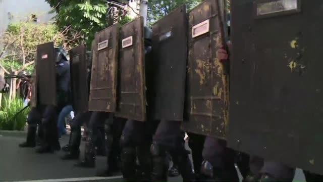 La policia lanzo gases lacrimogenos balas de goma y bombas de estruendo para dispersar manifestantes antiCopa en Sao Paulo durante el primer dia del...