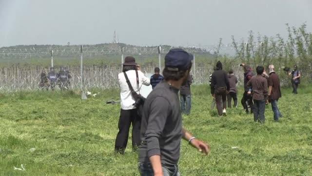 la policia macedonia volvio este miercoles a lanzar gases lacrimogenos y granadas aturdidoras contra un grupo de migrantes que protestaban junto a la... - hand grenade stock videos & royalty-free footage